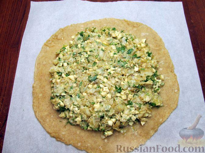 Фото приготовления рецепта: Открытый пирог с капустой и яйцами, на пиве - шаг №21