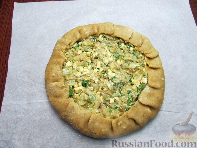 Фото приготовления рецепта: Открытый пирог с капустой и яйцами, на пиве - шаг №22