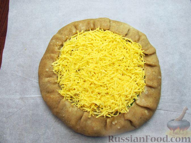 Фото приготовления рецепта: Открытый пирог с капустой и яйцами, на пиве - шаг №24