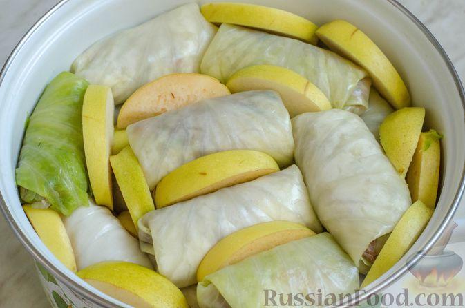 Фото приготовления рецепта: Голубцы с мясным фаршем, рисом и айвой - шаг №15