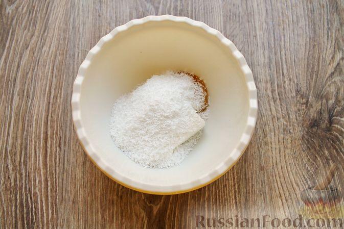 Фото приготовления рецепта: Айва, запечённая с творогом, кокосовой стружкой и миндалём - шаг №5