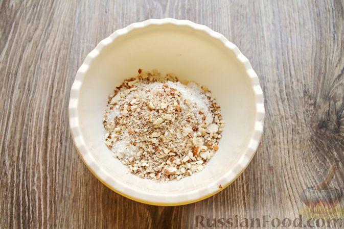 Фото приготовления рецепта: Айва, запечённая с творогом, кокосовой стружкой и миндалём - шаг №6