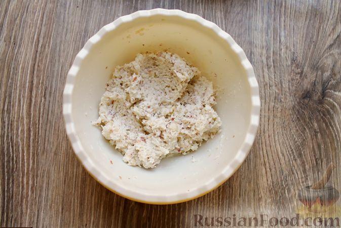 Фото приготовления рецепта: Айва, запечённая с творогом, кокосовой стружкой и миндалём - шаг №7