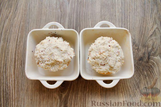 Фото приготовления рецепта: Айва, запечённая с творогом, кокосовой стружкой и миндалём - шаг №8