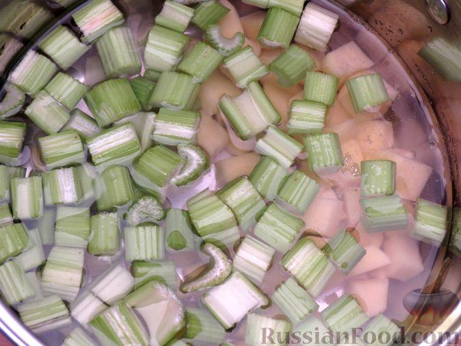 Фото приготовления рецепта: Суп-пюре из сельдерея, яблок и индейки - шаг №7