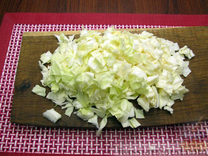 Фото приготовления рецепта: Куриный суп с капустой и томатной пастой - шаг №5