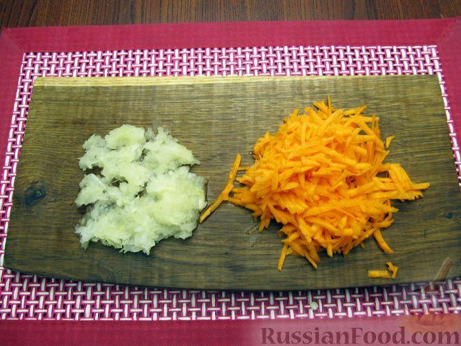 Фото приготовления рецепта: Куриный суп с капустой и томатной пастой - шаг №6