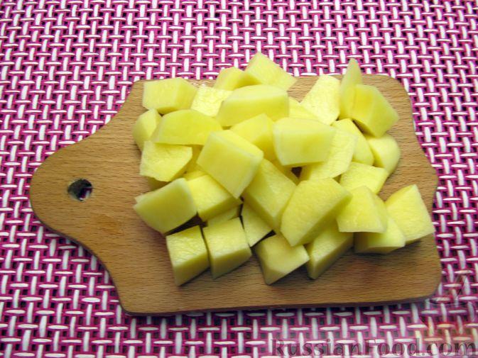 Фото приготовления рецепта: Куриный суп с капустой и томатной пастой - шаг №7