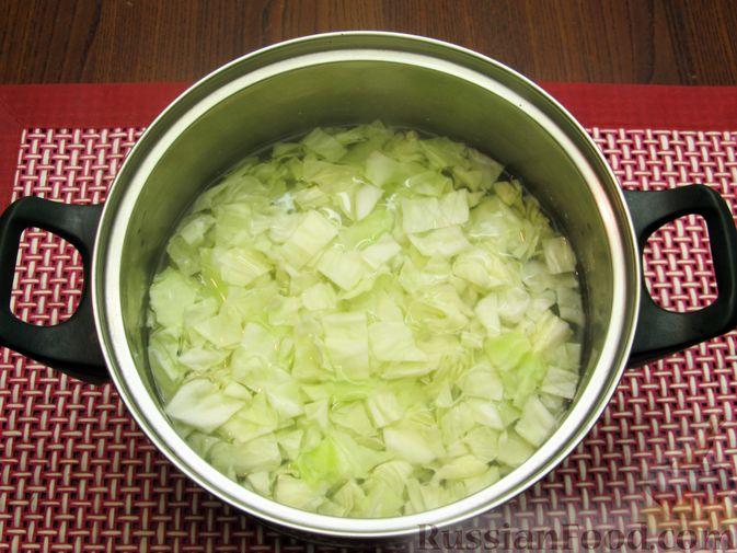 Фото приготовления рецепта: Куриный суп с капустой и томатной пастой - шаг №8