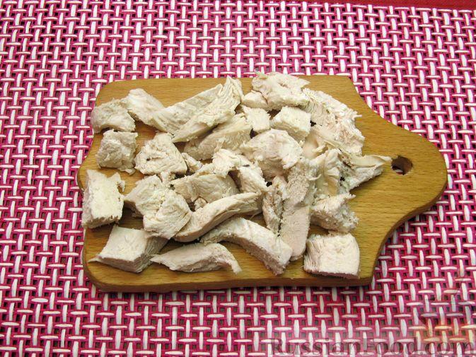 Фото приготовления рецепта: Куриный суп с капустой и томатной пастой - шаг №4