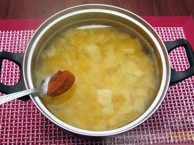 Фото приготовления рецепта: Куриный суп с капустой и томатной пастой - шаг №11