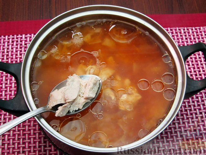 Фото приготовления рецепта: Куриный суп с капустой и томатной пастой - шаг №14