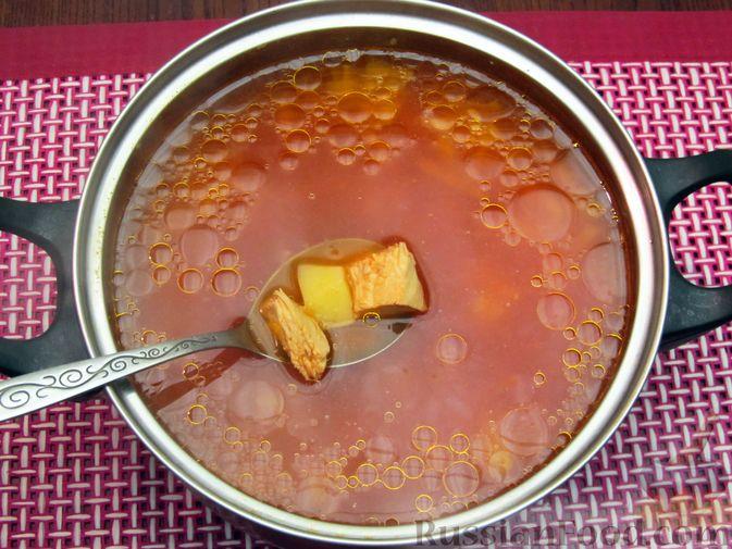 Фото приготовления рецепта: Куриный суп с капустой и томатной пастой - шаг №15