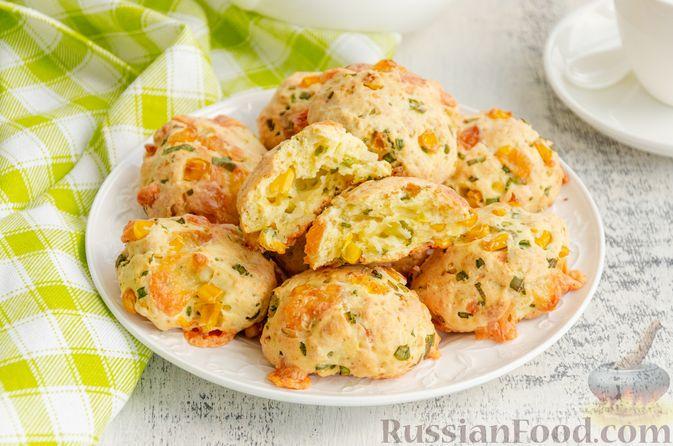 Фото к рецепту: Бездрожжевые булочки на сметане, с кукурузой, сыром и зелёным луком
