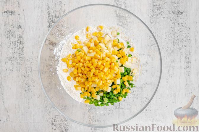 Фото приготовления рецепта: Бездрожжевые булочки на сметане, с кукурузой, сыром и зелёным луком - шаг №5