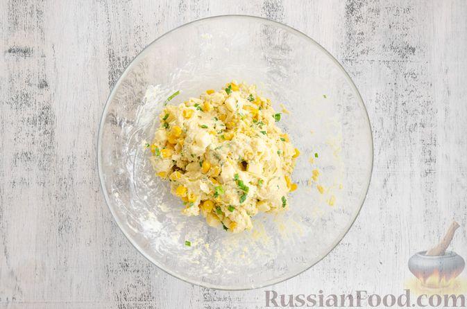 Фото приготовления рецепта: Бездрожжевые булочки на сметане, с кукурузой, сыром и зелёным луком - шаг №7