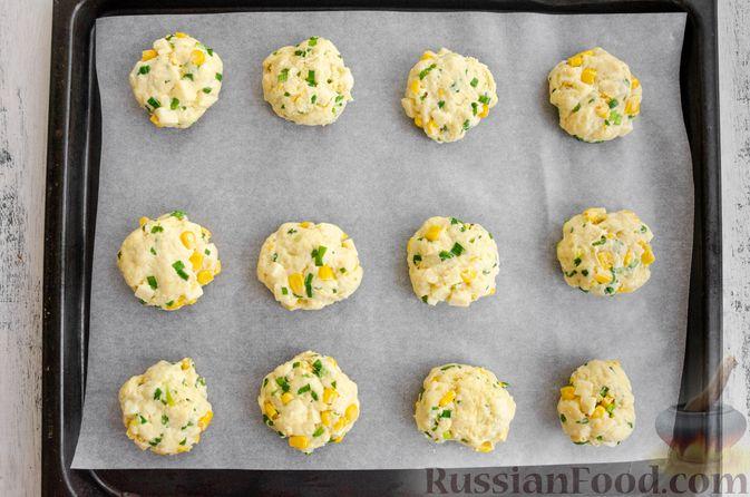 Фото приготовления рецепта: Бездрожжевые булочки на сметане, с кукурузой, сыром и зелёным луком - шаг №8
