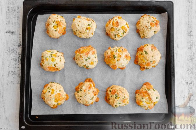 Фото приготовления рецепта: Бездрожжевые булочки на сметане, с кукурузой, сыром и зелёным луком - шаг №9
