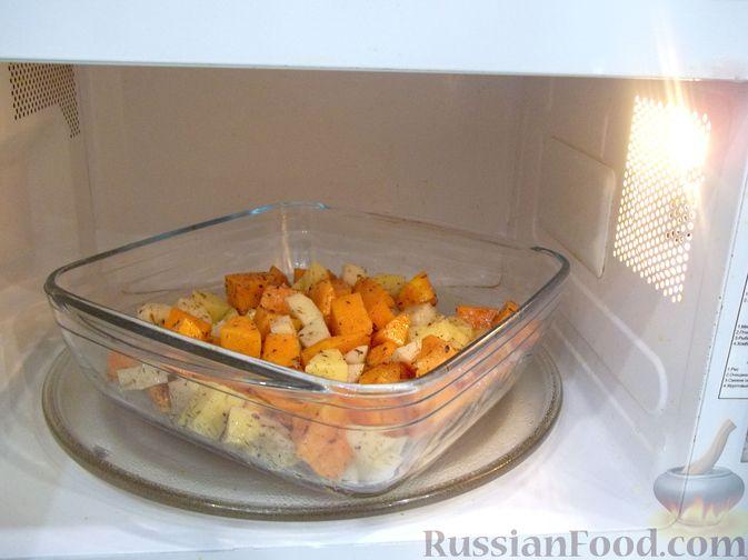 Фото приготовления рецепта: Картошка, запечённая с тыквой (в микроволновке) - шаг №9
