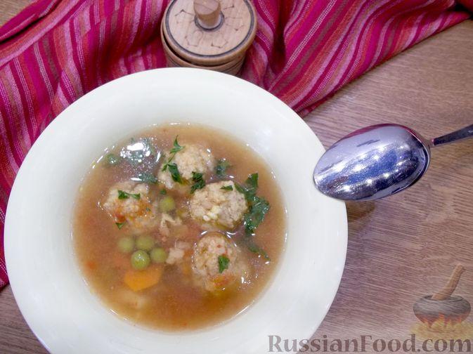Фото к рецепту: Суп с рыбными фрикадельками, зелёным горошком и помидором