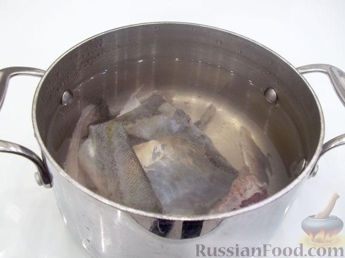 Фото приготовления рецепта: Суп с рыбными фрикадельками, зелёным горошком и помидором - шаг №4