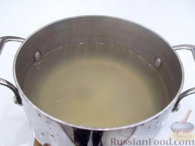 Фото приготовления рецепта: Суп с рыбными фрикадельками, зелёным горошком и помидором - шаг №7