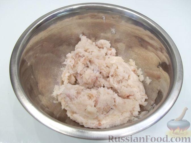 Фото приготовления рецепта: Суп с рыбными фрикадельками, зелёным горошком и помидором - шаг №10