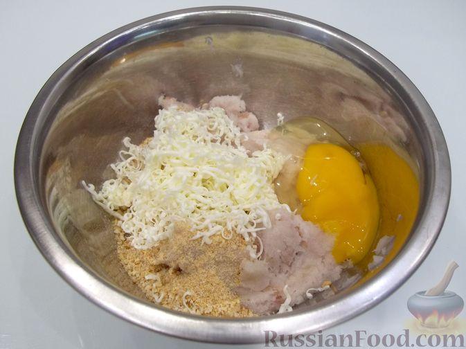 Фото приготовления рецепта: Суп с рыбными фрикадельками, зелёным горошком и помидором - шаг №11