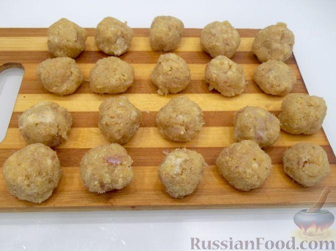 Фото приготовления рецепта: Суп с рыбными фрикадельками, зелёным горошком и помидором - шаг №13