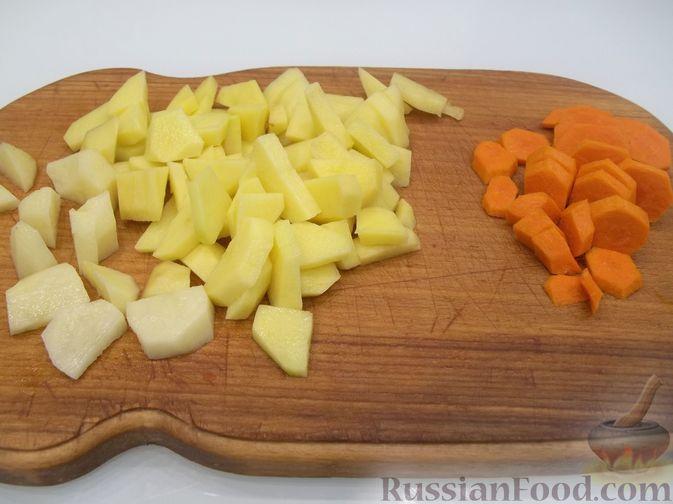 Фото приготовления рецепта: Суп с рыбными фрикадельками, зелёным горошком и помидором - шаг №16