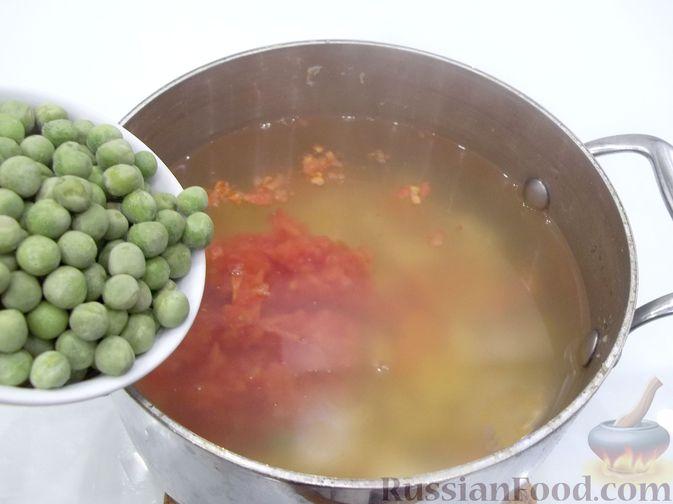 Фото приготовления рецепта: Суп с рыбными фрикадельками, зелёным горошком и помидором - шаг №19
