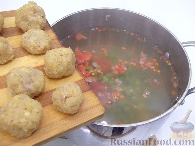Фото приготовления рецепта: Суп с рыбными фрикадельками, зелёным горошком и помидором - шаг №20