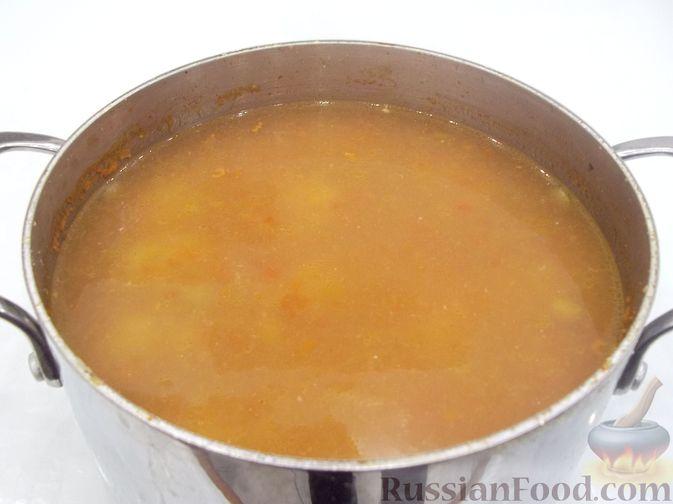 Фото приготовления рецепта: Суп с рыбными фрикадельками, зелёным горошком и помидором - шаг №21