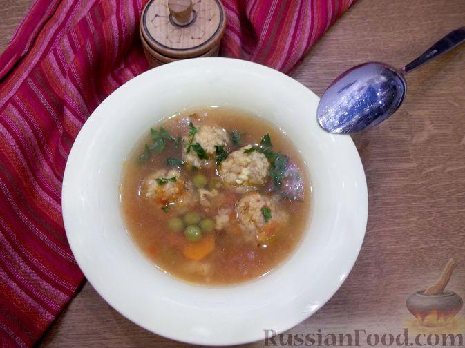 Фото приготовления рецепта: Суп с рыбными фрикадельками, зелёным горошком и помидором - шаг №22