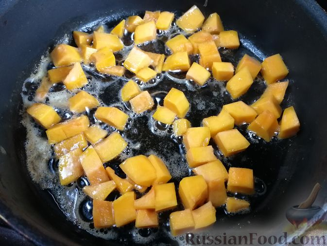 Фото приготовления рецепта: Лапша с тыквой, грибами и сыром - шаг №8