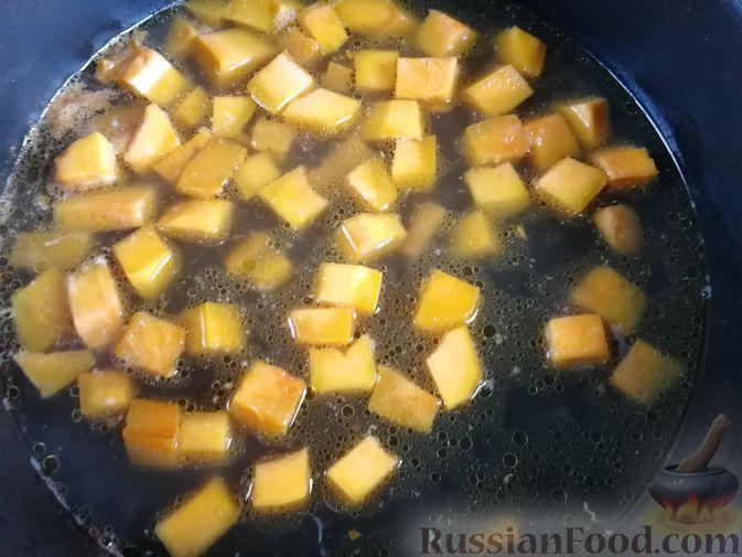 Фото приготовления рецепта: Лапша с тыквой, грибами и сыром - шаг №9