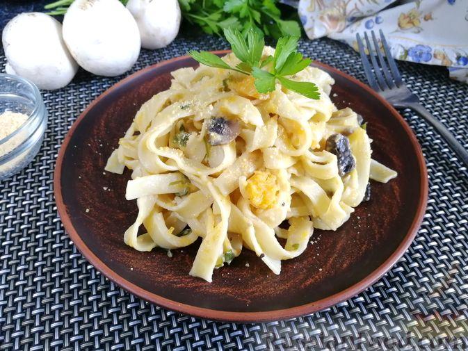 Фото к рецепту: Лапша с тыквой, грибами и сыром