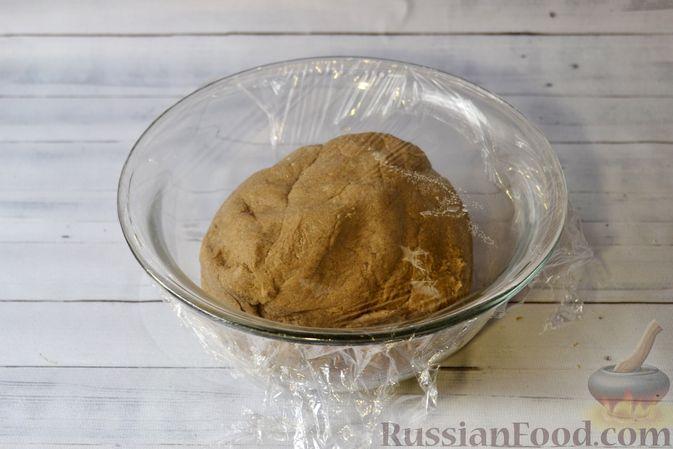 Фото приготовления рецепта: Ржаные хлебцы - шаг №6