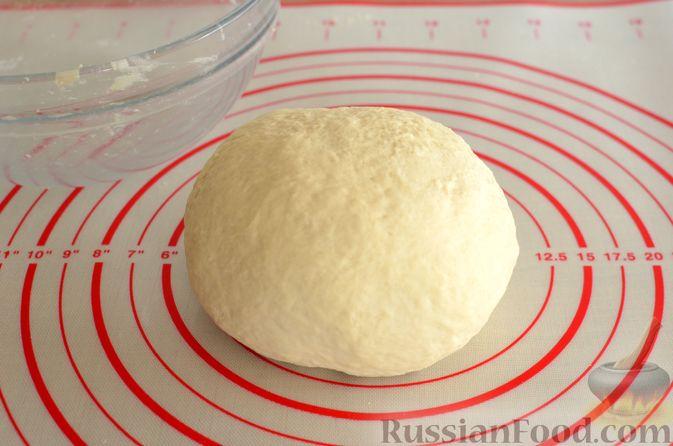 Фото приготовления рецепта: Пицца из дрожжевого теста длительного брожения, с копчёностями и помидорами - шаг №5