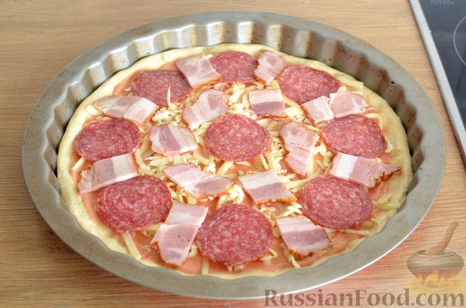Фото приготовления рецепта: Пицца из дрожжевого теста длительного брожения, с копчёностями и помидорами - шаг №13