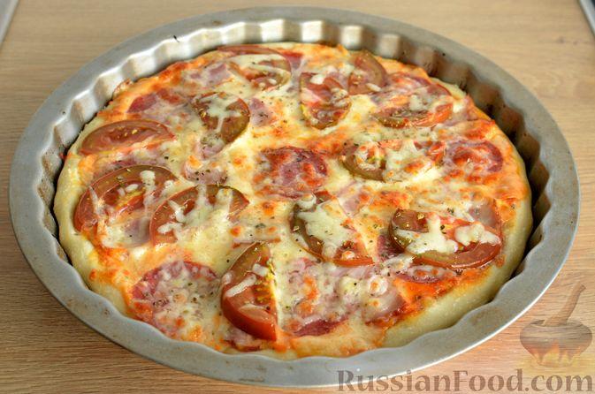 Фото приготовления рецепта: Пицца из дрожжевого теста длительного брожения, с копчёностями и помидорами - шаг №17