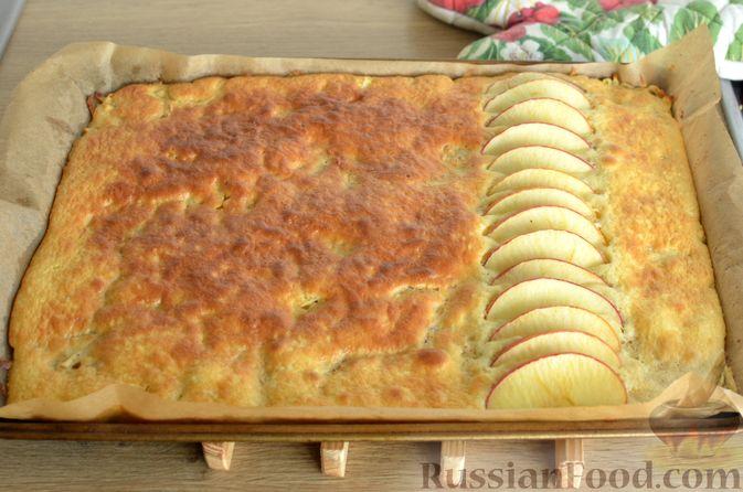 Фото приготовления рецепта: Закрытый слоёный пирог с курицей и луком-пореем - шаг №12