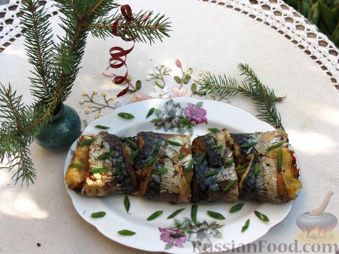 Фото к рецепту: Рулеты из скумбрии с болгарским перцем, морковью и сыром