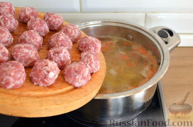Фото приготовления рецепта: Суп с фрикадельками и шампиньонами - шаг №10