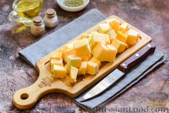 Фото приготовления рецепта: Запечённая тыква с яйцами и адыгейским сыром - шаг №2