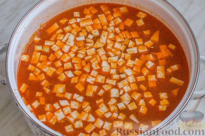 Фото приготовления рецепта: Суп со свининой, куриной печенью, грибами и корнем сельдерея - шаг №9