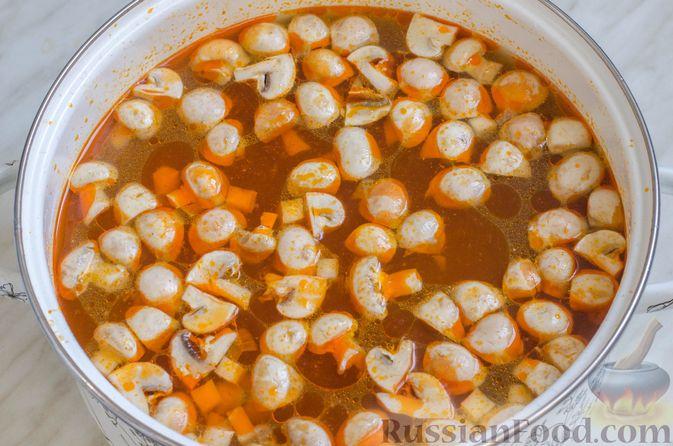 Фото приготовления рецепта: Суп со свининой, куриной печенью, грибами и корнем сельдерея - шаг №12
