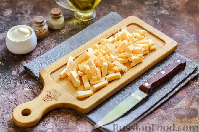Фото приготовления рецепта: Салат с консервированной фасолью, колбасой, сыром и сухариками - шаг №5