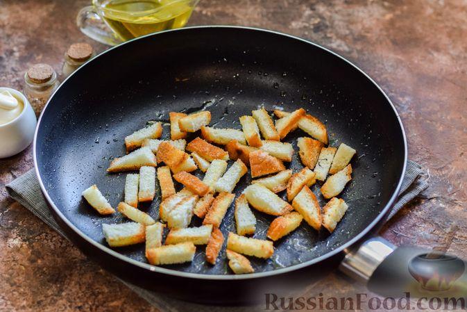 Фото приготовления рецепта: Салат с консервированной фасолью, колбасой, сыром и сухариками - шаг №3