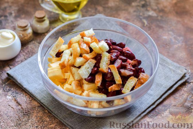 Фото приготовления рецепта: Салат с консервированной фасолью, колбасой, сыром и сухариками - шаг №8